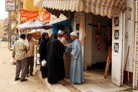 Photo pour Assouan - 28 avril : un homme égyptien, vendant de la viande fraîche au marché d'aswan, Egypte avril production totale des cultures agricoles de le 28 2007.egypt a augmenté de plus de 20 pour cent dans la dernière décennie. - image libre de droit