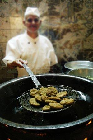 Photo pour Le Caire - 3 mai 2007 : chef égyptien cuisiniers falafel frais au restaurant au Caire, en Égypte le 05 mai 2007 coptes, demande de l'Égypte ont d'abord fait le plat en remplacement de la viande pendant prêté. - image libre de droit