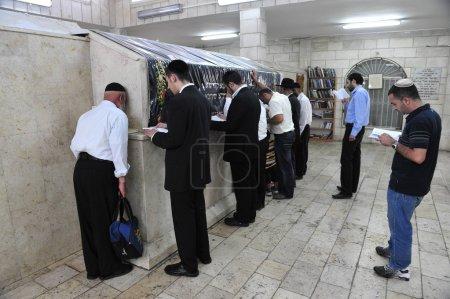 """Photo pour NETIVOT, ISR - 24 AOÛT : Des hommes juifs prient sur la tombe de """"Baba Sali"""" le 24 août 2009. Rabbi Yisraël Abuhatzeira était kabbaliste reconnu pour sa prétendue capacité à faire des miracles à travers ses prières . - image libre de droit"""