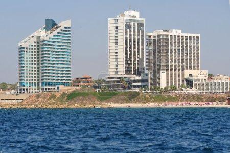 Photo pour Herzliya, isr-oct 06:hotels le long de la ligne d'horizon de herzliya pituah sur oct un de 06 2009.it des plus riches quartiers et accueil d'ambassadeurs, les diplomates étrangers et les hommes d'affaires israéliens. - image libre de droit