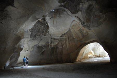 Photo pour BET GUVRIN, ISR - JAN 02 : Visiteurs dans la plus grande grotte de cloche du parc national du Bet Guvrin-Maresha le 02 janvier 2008. Il s'agit d'une série de 80 grandes grottes reliées par des passages datant des IVe-IXe siècles après JC. . - image libre de droit