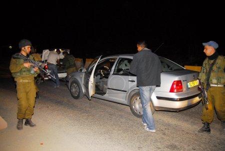 Photo pour Cisjordanie, isr - mar 05:israeli soldats contrôles véhicules palestiniens sur 5 mars, Israël 2008.since les années 90 a créé des centaines de barrages permanents et points de contrôle pour prévenir la violence et la terreur. - image libre de droit