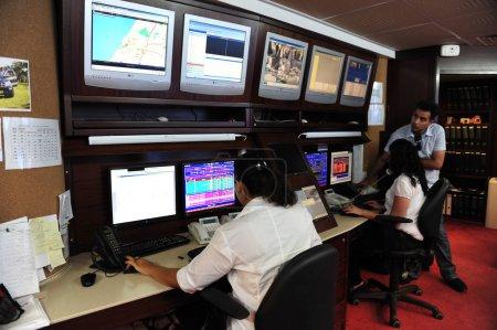 Photo pour Ashkelon, isr - jan 18:cctv opérateurs de système de sécurité le 18 jan 2009.according à une recherche, le citoyen moyen est pris environ 300 fois par jour sur une caméra de surveillance - image libre de droit