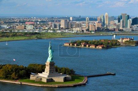 Photo pour NEW YORK - 15 OCTOBRE : Vue aérienne de la Statue de la Liberté le 15 octobre 2010, présentée à l'Amérique par le peuple français en 1886, la statue se trouve sur l'île Liberty de 12 acres dans le port de New York . - image libre de droit