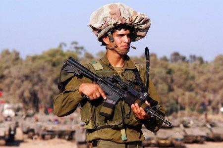 Photo pour NACHAL OZ, ISR - 01 JUILLET : Soldats israéliens près de la bande de Gaza le 1er juillet 2006.Tsahal est l'une des institutions les plus importantes de la société israélienne, influençant l'économie, la culture et la scène politique du pays . - image libre de droit