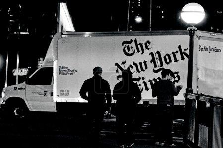 Photo pour New York - 10/09 : le van de distribution new york times le 10/09 2010.it fondé et publié depuis le 18 septembre 1851 et il a remporté 112 prix pulitzer, plus que toute autre organisation de nouvelles. - image libre de droit