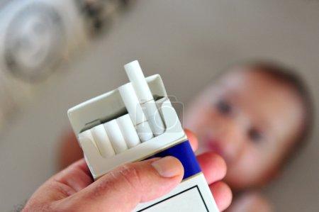 Photo pour Fumer près des enfants, des bébés et des enfants. photo concept - image libre de droit