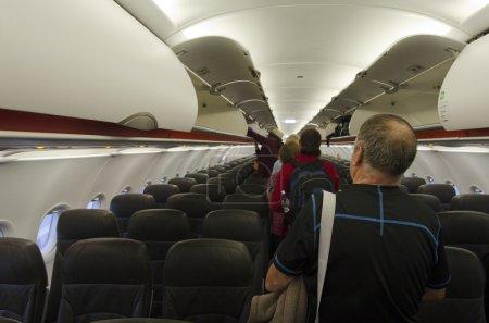 Photo pour AUCKLAND - JAN 12 : Intérieur de l'avion avec des passagers sur des sièges sur Jan 12 2013.According Us Travel Association, l'âge moyen des voyageurs d'agrément est de 47,5 ans . - image libre de droit