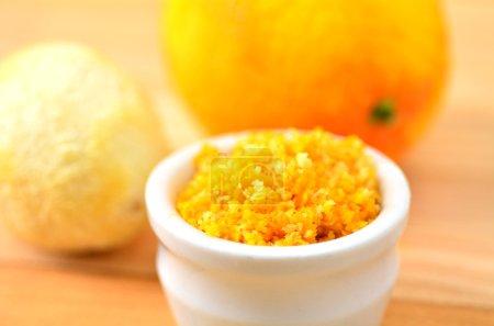 Photo pour Zeste de citron râpé (orange et citron). ingrédient de cuisine. gros plan - image libre de droit