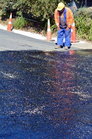 Photo pour Baie de câble, nz - avr 01 2014:road travailleur au cours de travaux routiers. Il y a plus de 4 millions de milles des autoroutes et des routes aux États-Unis seulement. - image libre de droit