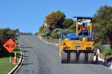 Photo pour Cable bay, Nouvelle-Zélande - avr 01 rouleau de 2014:road sur les travaux de pavage d'asphalte (réparation de la route). Il y a plus de 4 millions de milles des autoroutes et des routes aux États-Unis seulement. - image libre de droit