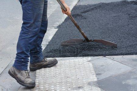 Photo pour MELBOURNE - 14 avril 2014 : Travailleur de la route pendant les travaux routiers. La longueur totale du réseau de toutes les routes publiques en Australie est de 810,624 Km - image libre de droit
