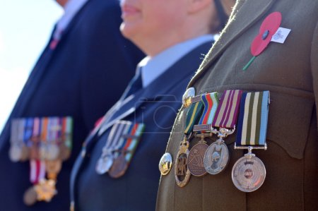 Photo pour Gros plan des médailles de guerre sur un soldat néo-zélandais lors d'un service commémoratif de guerre en Nouvelle-Zélande . - image libre de droit