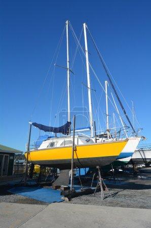 Photo pour Paihia, Nouvelle-Zélande - 11 mai 2014:sail bateaux échoués sur un quai de peinture, de réparation et d'entretien dans la marina d'opua. C'est une marina de 250 places, une destination populaire pour les yachts de croisière à nz de partout dans le monde. - image libre de droit