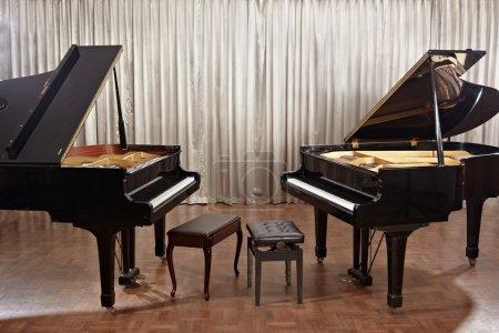 Foto de Dos pianos de cola en el escenario sin nadie - Imagen libre de derechos