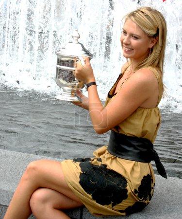 Photo pour New york - 10 septembre : nous ouvert 2006 champion maria sharapova cales nous ouvrir le trophée après sa victoire le simple féminin définitif le 10 septembre 2006 dans bouffées de chaleur, new york. - image libre de droit