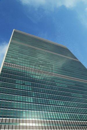 Photo pour New york city - 27 juin : l'ONU inspirant 27 juin 2013 à manhattan à new york. le complexe a été le siège officiel des nations Unies depuis son achèvement en 1952 - image libre de droit