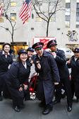 Vojáci Armády spásy provést pro sbírky v Midtownu na Manhattanu