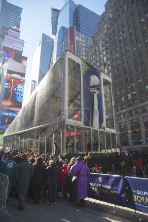 Photo pour New york - 30 janvier visiteurs qui attendent en ligne pour entrer vince pavillon du Trophée lombardi à broadway pendant le Superbowl xlviii semaine à manhattan sur 30 janvier 2014. - image libre de droit