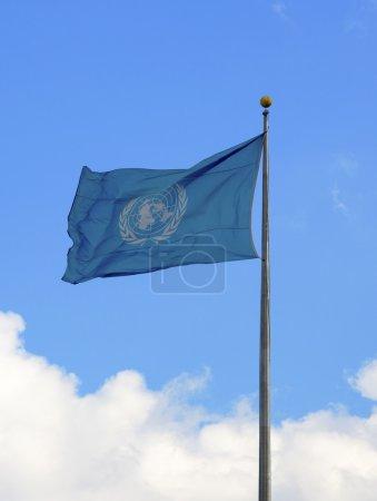 Photo pour New york city - 20 mars : drapeau de l'ONU sur le devant un siège social à new york le 20 mars 2014 - image libre de droit