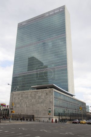 Photo pour New york city - 20 mars : l'ONU à manhattan à partir de 20 mars 2014 à new york. le complexe a été le siège officiel des nations Unies depuis son achèvement en 1952 - image libre de droit