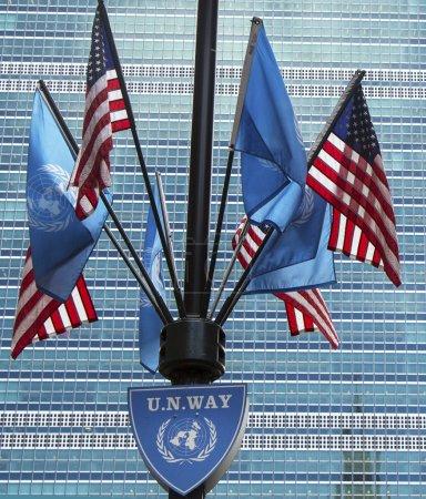 Photo pour New york city - des drapeaux des nations Unies et les Etats-Unis le 20 mars sur le devant un siège social à new york le 20 mars 2014 - image libre de droit