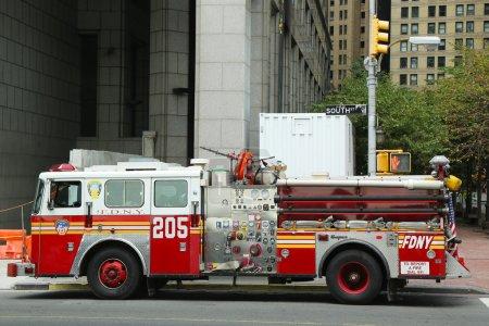 Photo pour NEW YORK CITY- 17 AOÛT : FDNY Engine 205 dans le Lower Manhattan le 17 août 2013. FDNY est le plus grand fournisseur combiné d'incendie et d'EMS au monde - image libre de droit