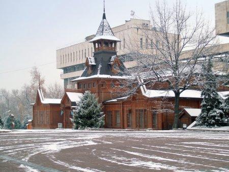 Photo pour Musée des instruments de musique nationales, almaty, kazakhstan. ce bâtiment en bois fut érigé en 1908. aujourd'hui, il y a plus de 1000 Articles d'instruments en collecti - image libre de droit