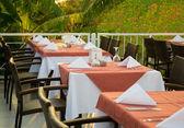 Stoly v restauraci, sloužil k večeři na otevřené terase