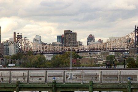 Photo pour Le pont de queensboro reliant midtown manhattan et queens, new york - image libre de droit