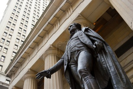 Photo pour La statue de George Washington au Federal Hall dans le quartier financier du centre-ville de Manhattan, New York - image libre de droit