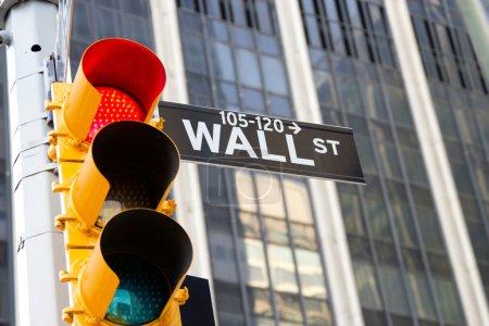 Photo pour Feu rouge et panneau de Wall Street situés dans le quartier financier du centre-ville de Manhattan, New York - image libre de droit