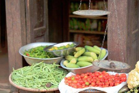Photo pour Magasin d'alimentation et de légumes montrant une aciérie et du chou-fleur, tomates, concombres, haricots verts... dans le district de Bandipur-Tanahu-zone Gandaki-Népal . - image libre de droit