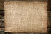 toile de jute jute toile vintage fond sur des planches en bois