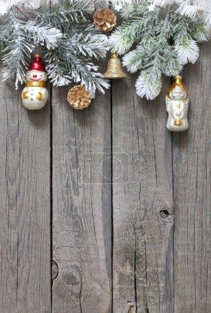Photo pour Arbre de Noël fond de babioles sur les planches en bois vintage - image libre de droit