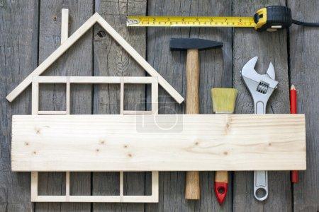 Photo pour Construction de maisons en bois rénovation et outils arrière-plan - image libre de droit
