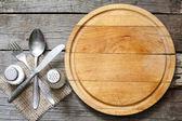Příbory a vintage prázdné řezací deska potravin pozadí koncepce
