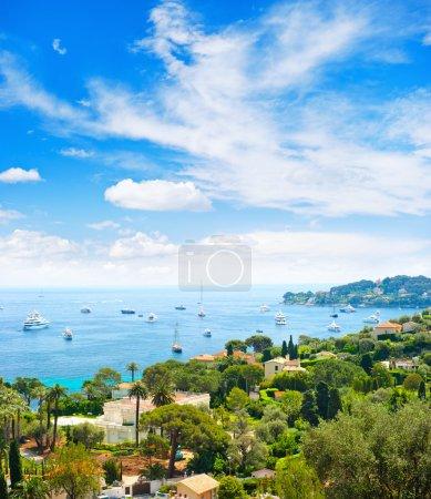 Photo pour La mer Méditerranée. vue sur la station de luxe et la baie de Côte d'Azur, France. Villefranche, Côte d'Azur - image libre de droit