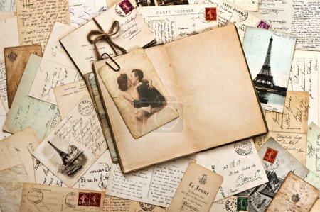 Foto de Viejos papeles, Francés tarjetas postales y libro diario abierto. fondo romántico vintage - Imagen libre de derechos