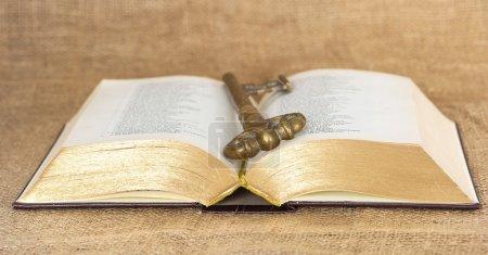 Photo pour Clé et ouvert vieille bible. vintage - image libre de droit