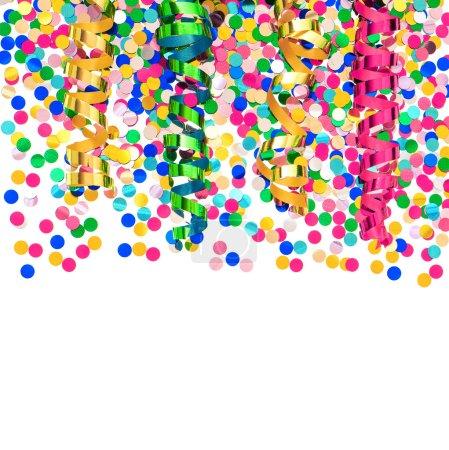 Photo pour Confettis colorés et streamer brillant. décoration de fête sur fond blanc - image libre de droit