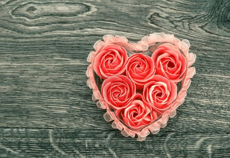 Photo pour Savon de bain avec des pétales de rose sur fond en bois rustique. concept de la Saint-Valentin - image libre de droit