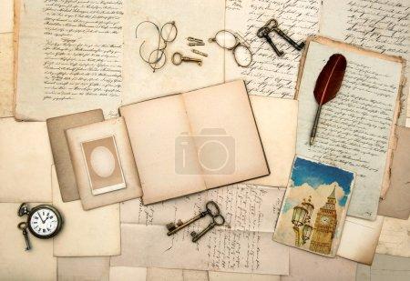 Foto de Abra el libro diario del recorrido, imagen de Londres, accesorios vintage, cartas, tarjetas postales, gafas, llaves, reloj. Fondo nostálgico - Imagen libre de derechos