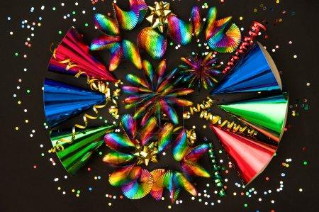Photo pour Guirlandes colorées, banderole, chapeaux et confettis. décoration de fête fond - image libre de droit