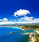 Pěkné město, tyrkysové moře a dokonalé modrá obloha