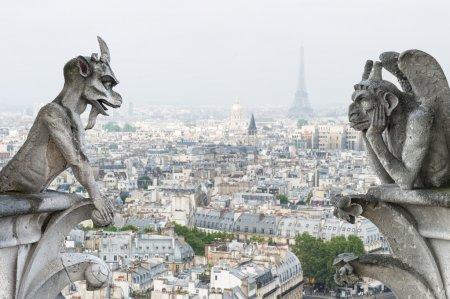 Photo pour Démons de pierre gargouille et chimère avec Paris en arrière-plan. Vue de Notre Dame de Paris - image libre de droit