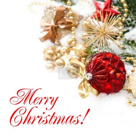 Photo pour Décoration de Noël avec des boules rouges et boîte cadeau d'or sur fond blanc. Concept de carte de voeux avec exemple de texte Joyeux Noël ! - image libre de droit