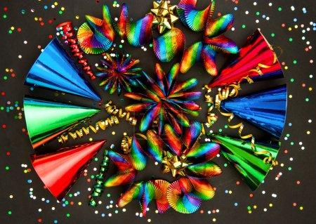 Photo pour Décoration de fête de carnaval. guirlandes colorées, banderole, chapeaux et confettis sur fond noir - image libre de droit