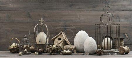 Photo pour Décoration vintage de Pâques avec œufs, nid et cage à oiseaux. nature morte nostalgique. fond en bois - image libre de droit