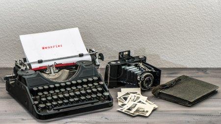 Foto de Máquina retro y cámara de fotos vintage en mesa de madera. Página de papel blanco con recuerdos de texto muestra - Imagen libre de derechos